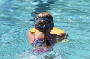 Kind Schwimmbad